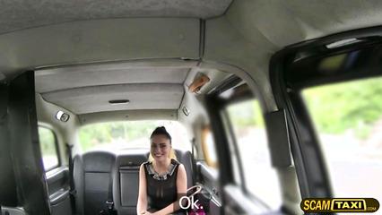 Брюнетка показала сиськи таксисту и стала его любовницей