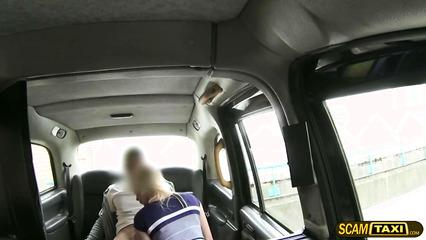 Сиськастая пассажирка раздвинула ноги перед водителем