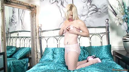 Блондинка в развратной сеточке активно ласкает себя и кончает