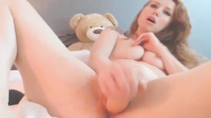 Деваха показывает шоу с мастурбацией на веб камеру