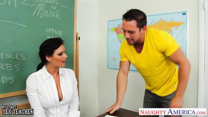 Студент успешно уломал учительницу на безумный секс в классе