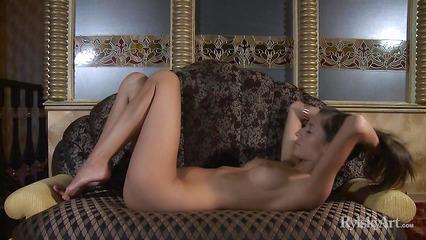 Любвеобильная девушка обожает ласкать свое ухоженное тело
