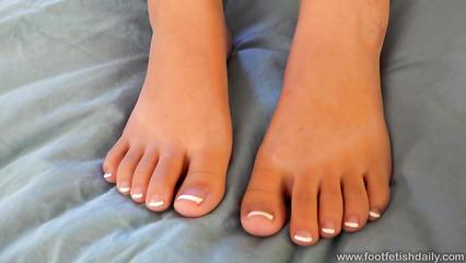 Азиатка демонстрирует ноги и ищет любовника для их лизаний