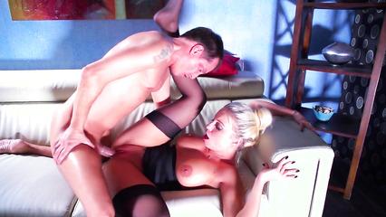Шикарная блондинка разбудила бой-френд для сумасшедшего секса
