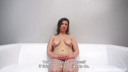 Порно агент пытается сделать шлюху из скромной кандидатки