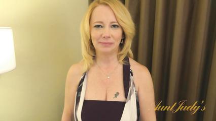 Возрастная блондинка ублажает себя любимым вибратором