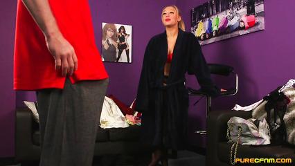 Парень смотрит на стриптиз блондинки и дрочит пенис руками