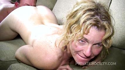 Зрелая супруга в порыве страсти жадно отдается любовнику на диване