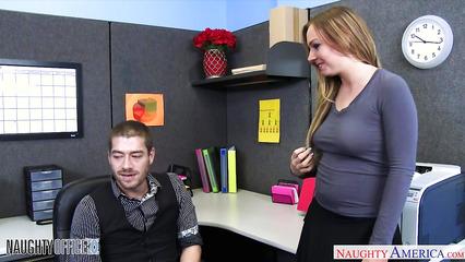 Секретарша соблазнила коллегу по работе на крутой трах в офисе