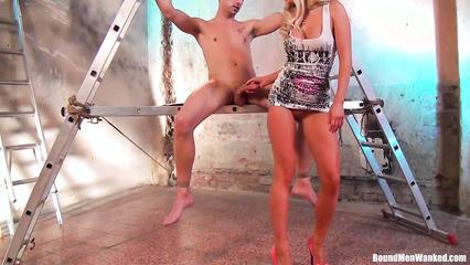 Длинноногая блондинка жадно дрочит руками хер связанного парня