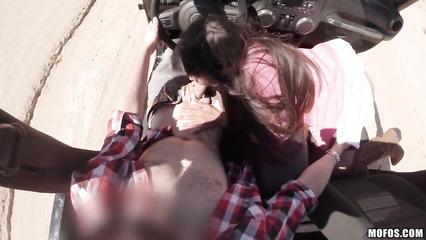 Пара устроила шикарный трах в джипе посреди пустыни
