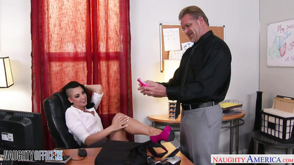 Начальник сексом наказал худую секретаршу за плохую работу