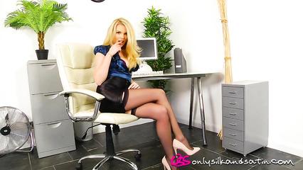 Восхитительная секретарша пленительно раздевается прямо в офисе