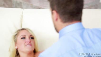 Элегантная блондинка оказывает мужику сексуальные услуги